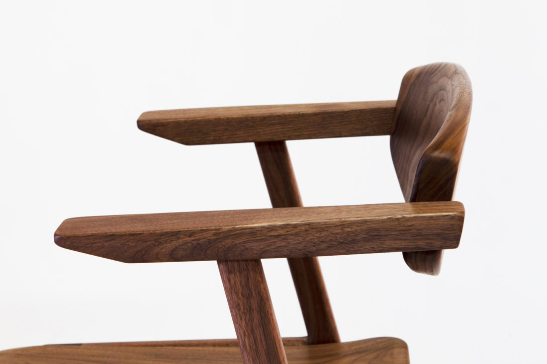IKKE dining chair wood walunt アームアップ