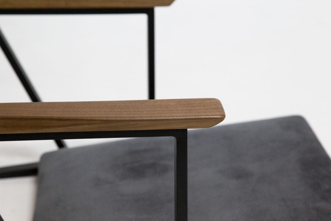 IKKE floor chair walnut アームアップ